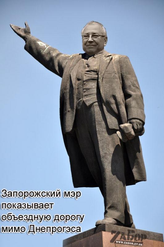 Запорожский мэр показывает объездную дорогу мимо Днепрогэса