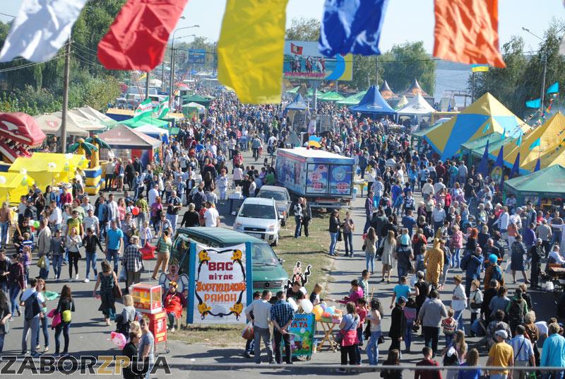 Народ на Покровской ярмарке-2015 в Запорожье