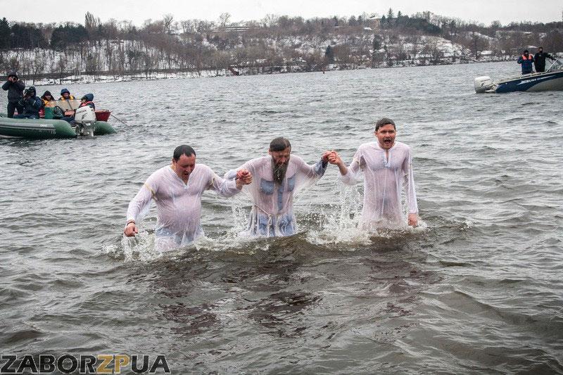 Быль и Лука окунаются (Запорожье, Крещение)