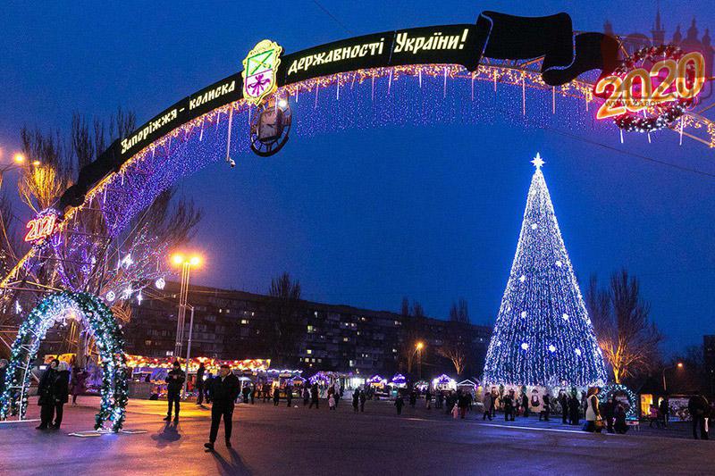 Центральная облатсная елка на площади Фестивальной в Запорожье