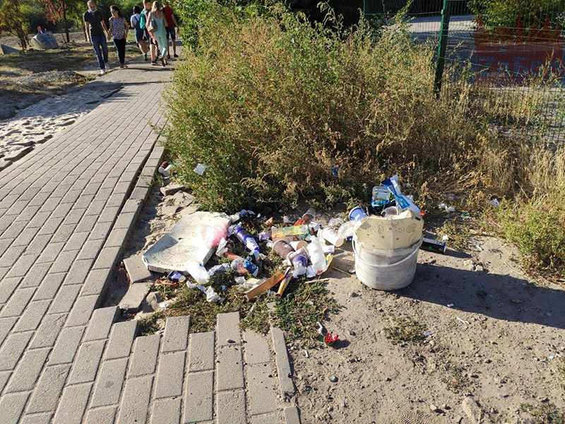Мусор у подхода к Вознесеновскому парку