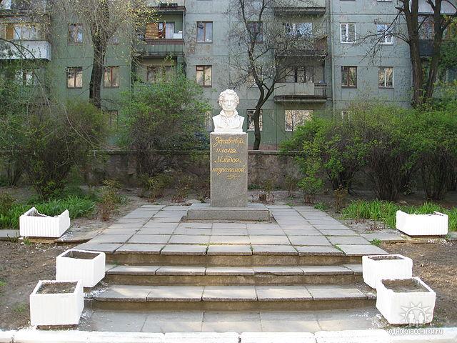 Памятник Пушкину на территории школы №76 в Запорожье