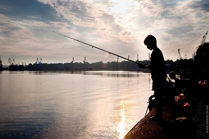 рыбалка во  порту ленина запорожье