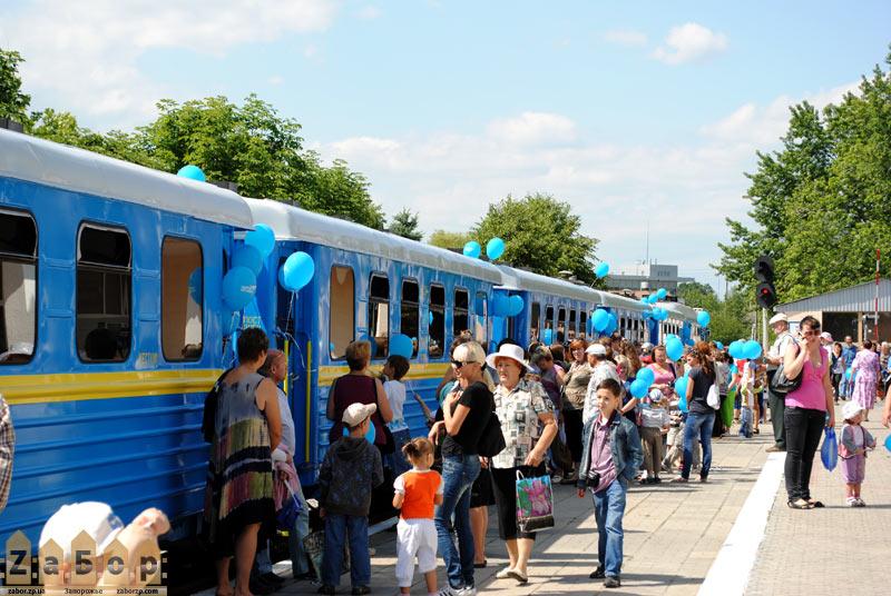 Очереди желающих прокатиться на поезде на ДЖД в Запорожье