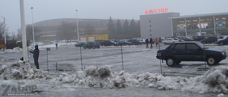 Стояку центрального Амстора (по ул.Лермонтова)  в Запорожье окружают забором-сеткой