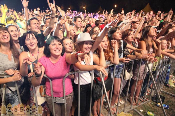 Толпа на День Металлурга в Запорожье