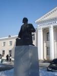 Ленин с шапочкой снега на голове перед ДК им.Дробязко (Запорожье)